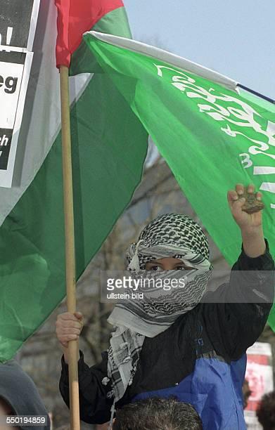 Ostermarsch in Berlin unter Beteiligung vieler Palästinenser nach den israelischen Militärschlägen gegen Einrichtungen der palästinensischen...