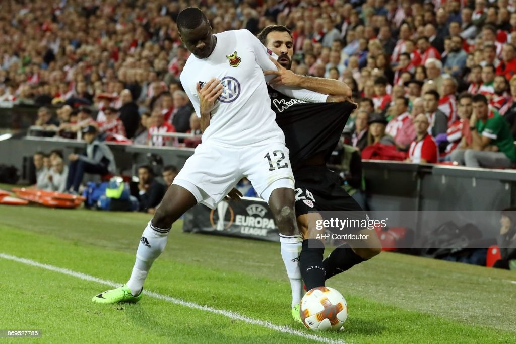 Ostersunds' Swedish midfielder Ken Sema (L) challenges Athletic Bilbao's Spanish defender Mikel Balenciaga during the UEFA Europa League group I football match Vitoria SC vs Marseille at the D. Afonso Henriques stadium in Guimaraes on November 2, 2017. /