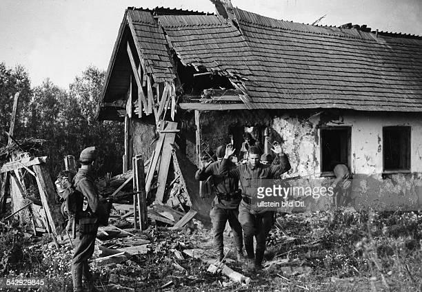 2WK OstfrontRusslandfeldzug / Beteiligung Ungarn Ungarische Infanterie im Kampf um eine ortschaft in der Ukraine Sowjetische Soldaten ergeben...