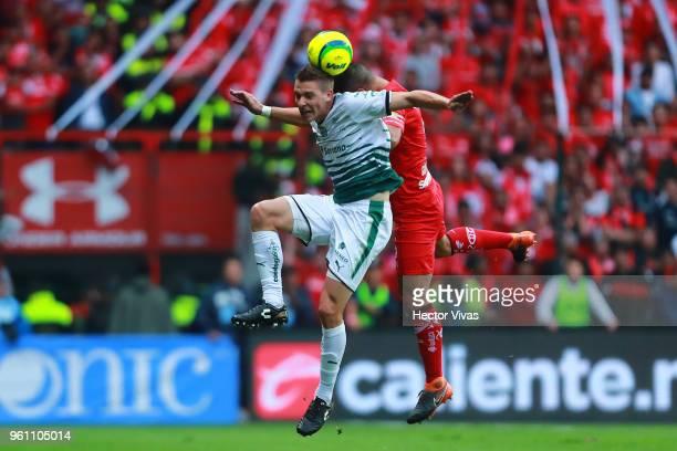 Osvaldo Gonzalez of Toluca struggles for the ball with Julio Furch of Santos Laguna during the Final second leg match between Toluca and Santos...