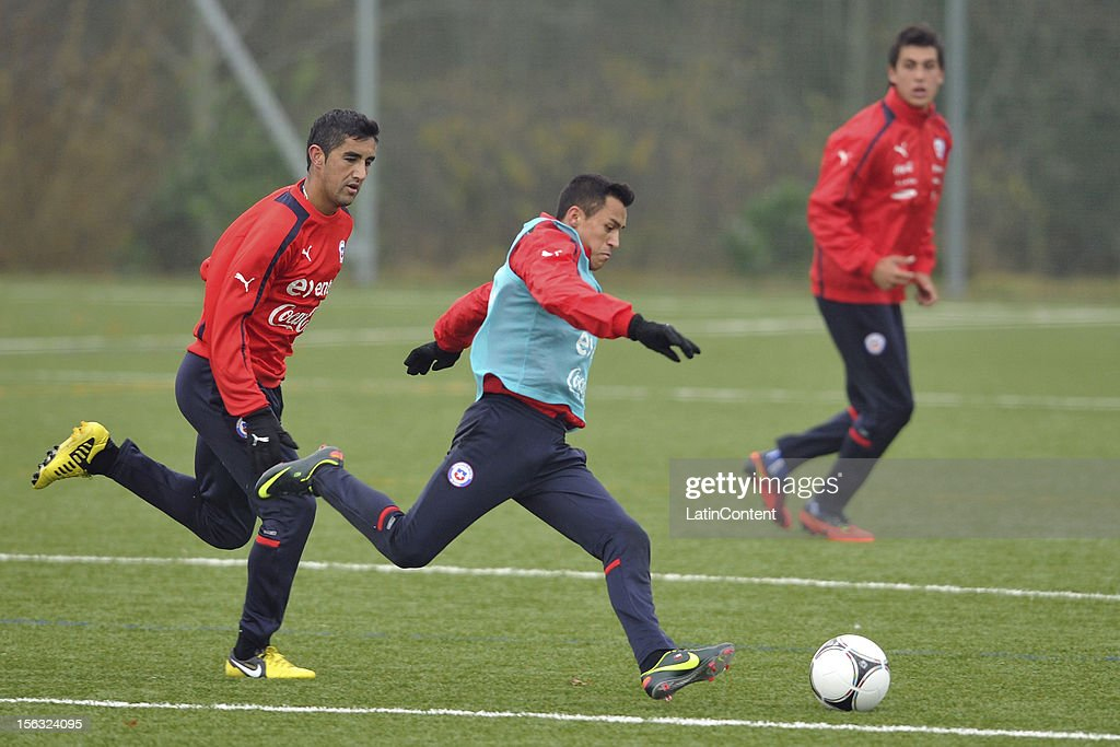 Osvaldo González (L), Alexis Sánchez (C) and Enzo Andía (R) of Chile during a training at Spiserwies stadium November 13, 2012 in Saint Gallen, Switzerland. Chile will play a friendly match against Serbia on November 14th.