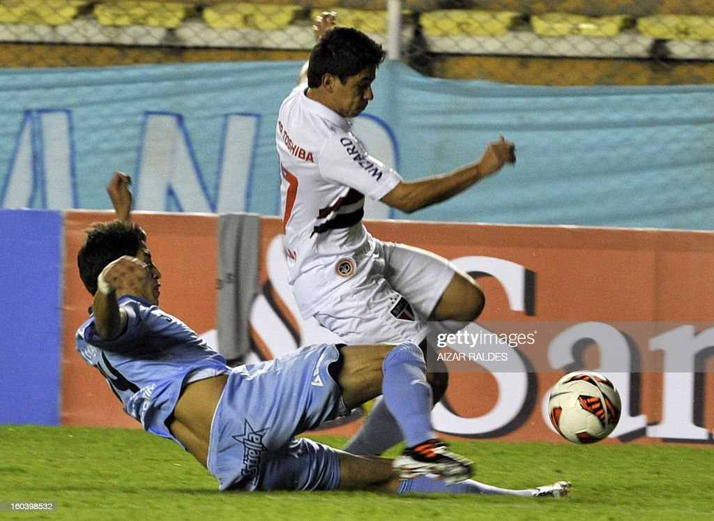 Osvaldo (R) ) of Brazil's Sao Paulo vies for the ball with Nelson Cabrera (L) of Bolivia's Bolivar, during their Copa Libertadores football match at Hernando Siles stadium in La Paz, Bolivia, on January 30, 2013. AFP PHOTO/Aizar Raldes
