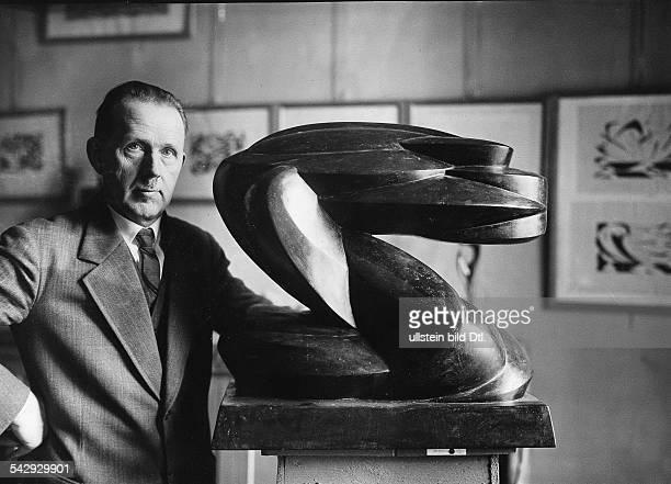 Oswald HerzogBildender Künstler Maler Bildhauer DPorträt mit einer seiner Plastiken 1931