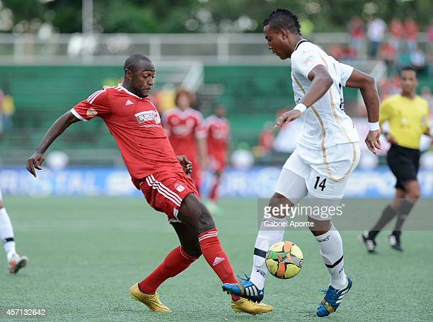 Oswaldo Blanco of America struggles for the ball with Kevin Riascos of Llaneros FC during a match between America de Cali and Llaneros FC as part of...