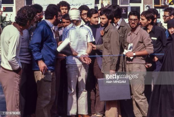 Otage avec un bandeau sur les yeux devant l'ambassade américaine le 13 novembre 1979 à Téhéran en Iran.
