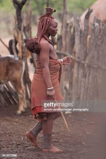 kamanjab, namibia - december 11, 2008. otjikandero himba orphan village. - himba photos et images de collection