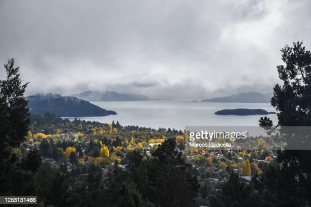 otoño en bariloche - radicella photos et images de collection