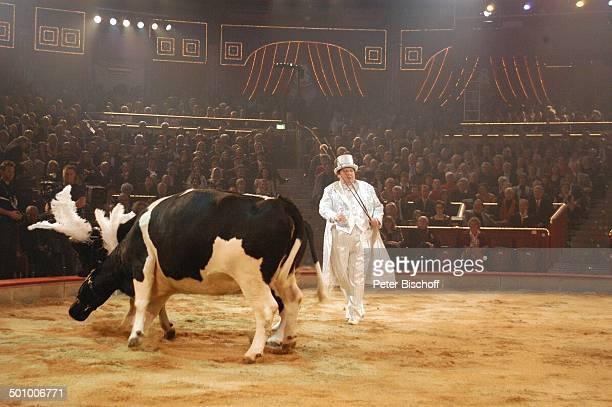 Ottfried Fischer als KuhDompteur ARDShow ZirkusGala 'Stars in der Manege' München Deutschland PNr 1465/2005 'Circus Krone' Manege ShowFrack Kostüm...