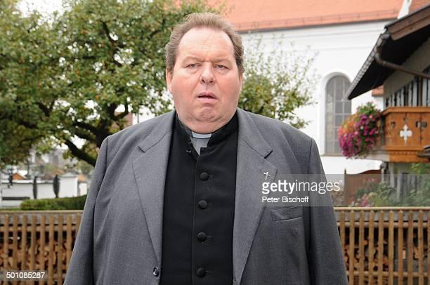 Ottfried Fischer ARDReihe Pfarrer Braun Folge Altes Geld junges Blut vor Kirche Ohlstadt Bayern Deutschland Europa Dreh Szene Schauspieler Promi JS...