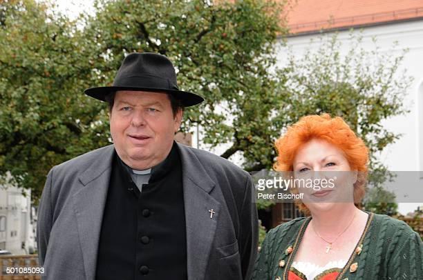 Ottfried Fischer Hansi Jochmann ARDReihe Pfarrer Braun Folge Altes Geld junges Blut vor Kirche Ohlstadt Bayern Deutschland Europa Filmklappe Dreh...