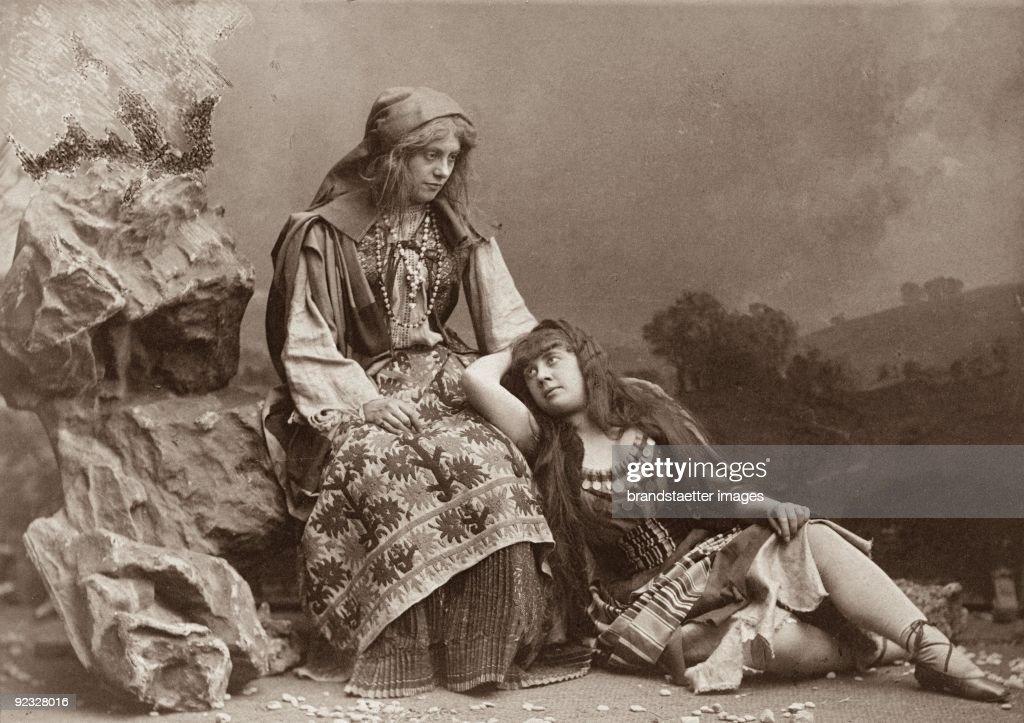 Ottilie Collin and Antonia Hartmann in the operetta 'Der Zigeunerbaron' (The Gypsy Baron) by Johann Strauss. Debut performance at the Theater an der Wien. Photograph 1885 : Nachrichtenfoto