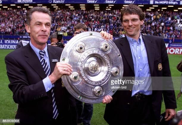 Ottmar Hitzfeld Sportler Cheftrainer Fußball und Michael Henke Sportler Assistenztrainer präsentieren die DFBMeisterschale nach dem Gewinn der...