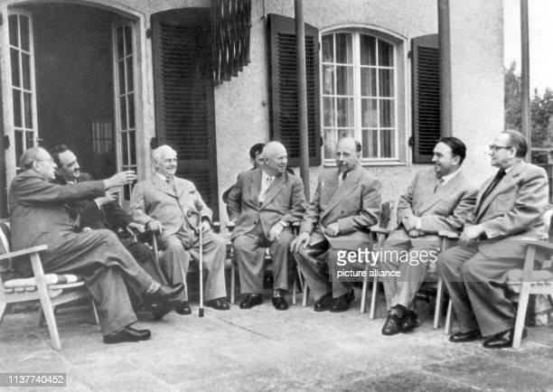 Otto Grotewohl AI Mikojan Wilhelm Pieck Nikita Chruschtschow Walter Ulbricht Botschafter Puschkin und Max Opitz am auf der Terrasse des Landhauses...