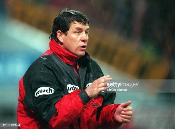 Otto Rehhagel Trainer des 1 FC Kaiserslautern versucht gestikulierend auf das Spiel seiner Elf einzuwirken Er erlebt am 941998 im heimischen...