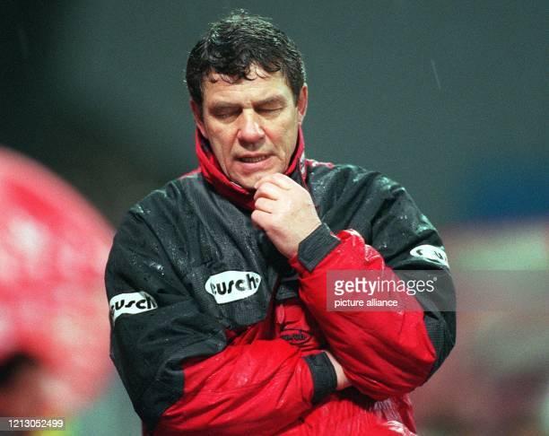 Otto Rehhagel Trainer des 1 FC Kaiserslautern wirkt sehr nachdenklich am 941998 im heimischen FritzWalterStadion Seine Elf erreicht im strömenden...