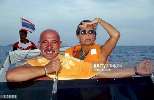 Otto Retzer Christine Schuberth am Rande der Dreharbeiten zum RTLFilm Immer Ärger mit Nicole Insel PhiPhi Island in Phuket Thailand Handtuch Boot...