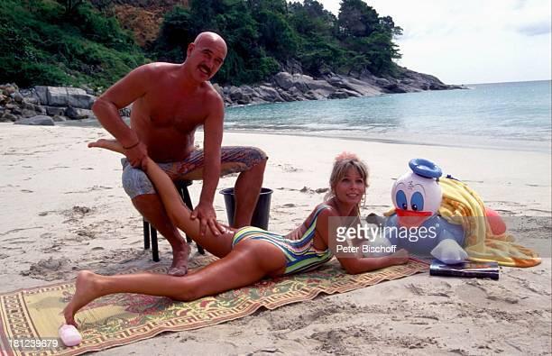 Otto Retzer Christine Schuberth beim Dreh zum RTLFilm Immer Ärger mit Nicole in Phuket Thailand Strand Strandlaken Meer Bucht Badehose Bikini...