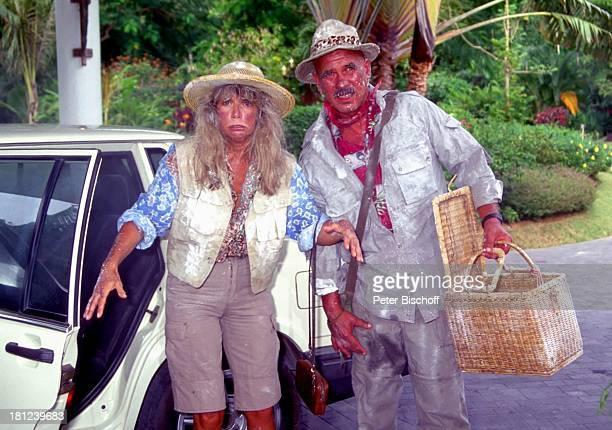 Otto Retzer Christine Schuberth beim Dreh zum RTLFilm Immer Ärger mit Nicole in Phuket Thailand Hut Tuch Halstuch Auto Korb Tasche Straße...