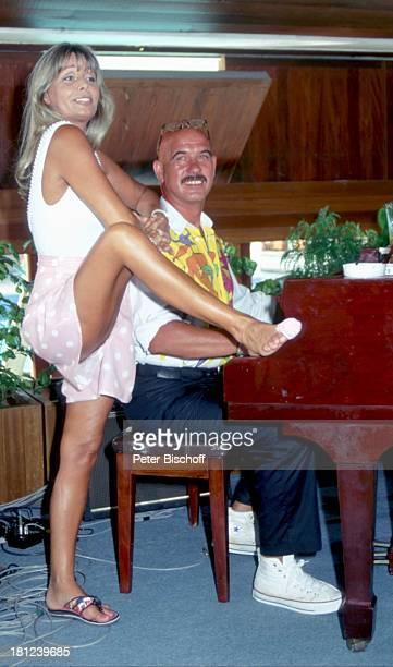 Otto Retzer Christine Schuberth beim Dreh zum RTLFilm Immer Ärger mit Nicole in Phuket Thailand Klavier Piano Kleid beinfrei Schauspielerin...