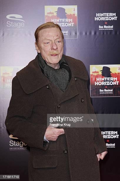 Otto Sander Bei Der Premiere Des Musicals Hinterm Horizont Im Theater Am Potsdamer Platz In Berlin