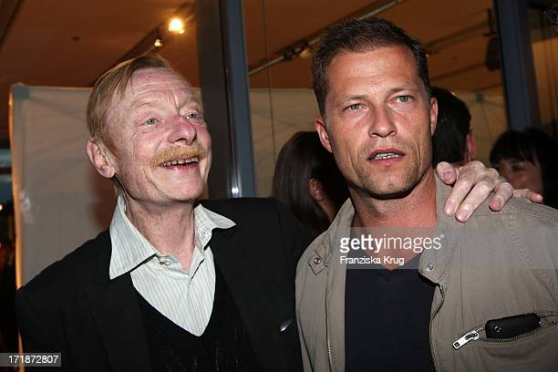 Otto Sander With Til Schweiger At first producers Fest 2009 The Alliance of German film and television work in the style of V E In Berlin