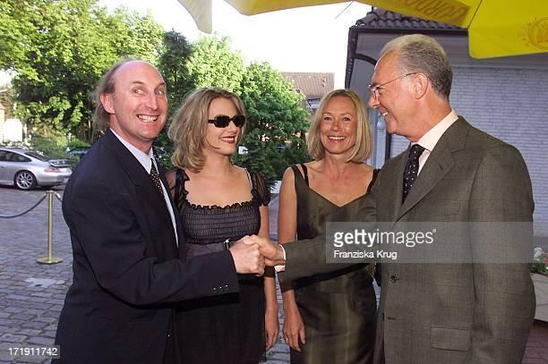 Otto Waalkes Mit Ehefrau Eva Hassmann Und Franz Beckenbauer Mit Ehefrau Sybille Beim Empfang Zum 'Rbu Charity Golf Cup 2001' In Hamburg Am 130501