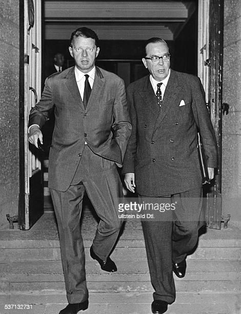 Otto Wolff von Amerongen Unternehmer D 19691988 Präsident des Deutschen Industrie und Handelstages mit Ministerialdirektor Georg Duckwitz