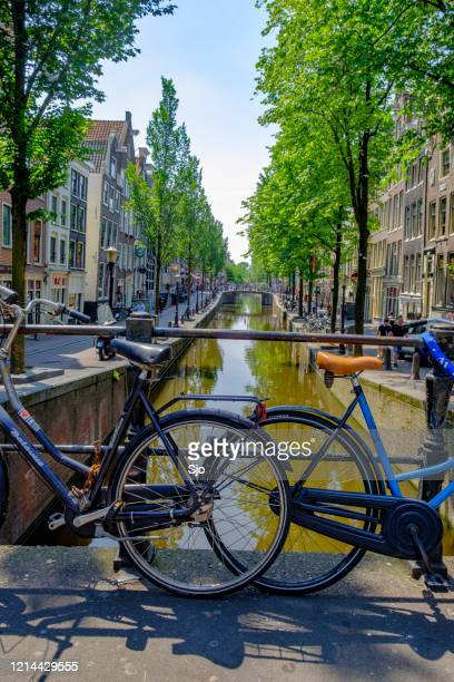 """oudezijds achterburgwal in the amsterdam red light disitrict with ancient merchant's houses - """"sjoerd van der wal"""" or """"sjo"""" stock pictures, royalty-free photos & images"""