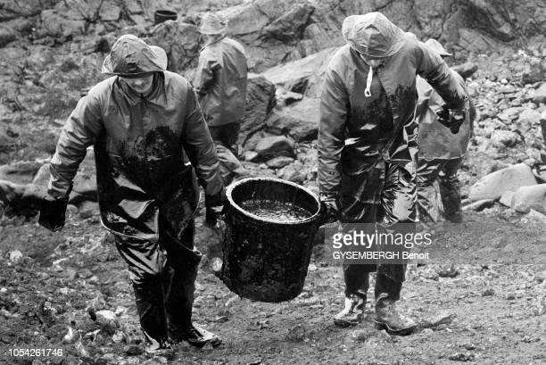 Ouessant France mars 1976 Le 24 janvier suite à une série de pannes de moteur le pétrolier libérien 'Olympic Bravery' s'est échoué sur les rochers...