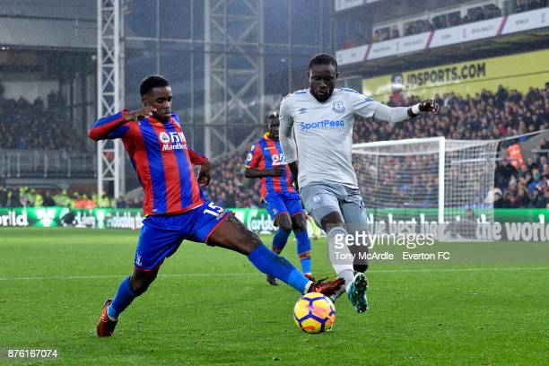 Oumar Niasse of Everton and Jeffrey Schlupp challenge for the ball during the Premier League match between Crystal Palace and Everton at the Selhurst...