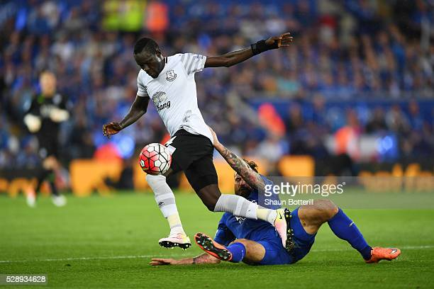 Oumar Niasse of Everton and Marcin Wasilewski of Leicester City compete for the ball during the Barclays Premier League match between Leicester City...