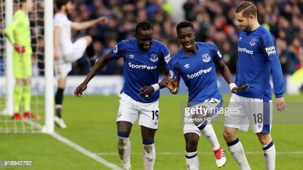 Oumar Niasse of Everton celebrates his goal with Idrissa Gueye and Gylfi Sigurdsson during the Premier League match between Everton and Crystal...