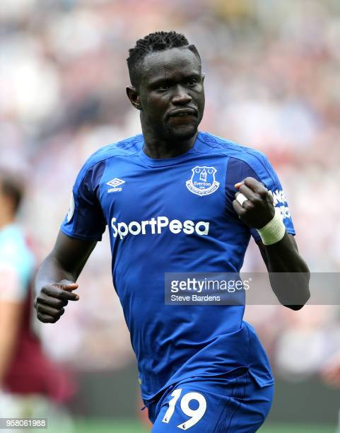 Oumar Niasse of Everton celebrates scoring his sides first goal during the Premier League match between West Ham United and Everton at London Stadium...