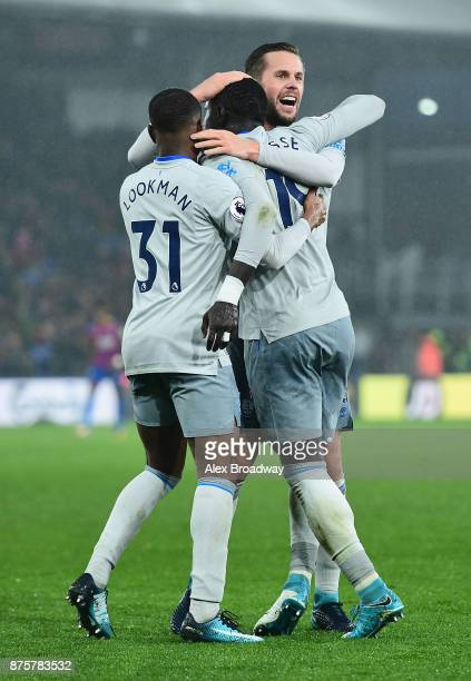 Oumar Niasse of Everton celebrates scoring his side's second goal with his team mates Ademola Lookman and Morgan Schneiderlin during the Premier...