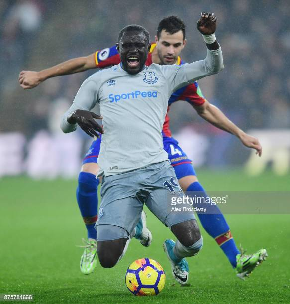 Oumar Niasse of Everton is closed down by Luka Milivojevic of Crystal Palace during the Premier League match between Crystal Palace and Everton at...