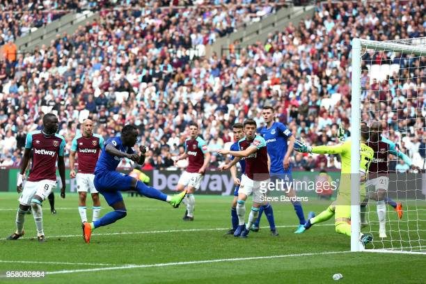 Oumar Niasse of Everton scores his sides first goal during the Premier League match between West Ham United and Everton at London Stadium on May 13...