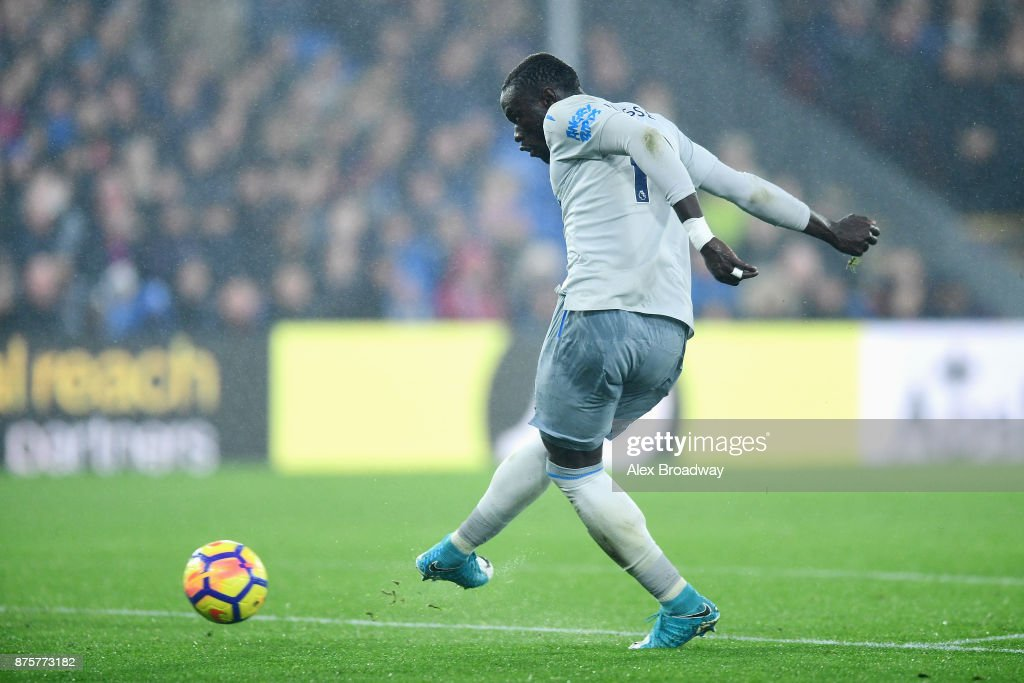 Oumar Niasse of Everton scores his side's second goal to make it 2-2 during the Premier League match between Crystal Palace and Everton at Selhurst Park on November 18, 2017 in London, England.