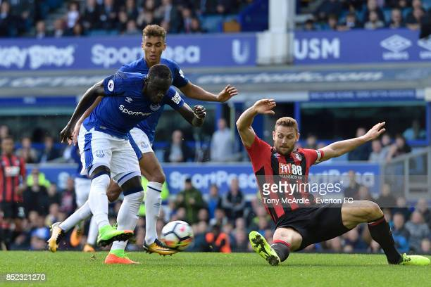 Oumar Niasse of Everton shoots to score his first goal during the Premier League match between Everton and AFC Bournemouth at Goodison Park on...