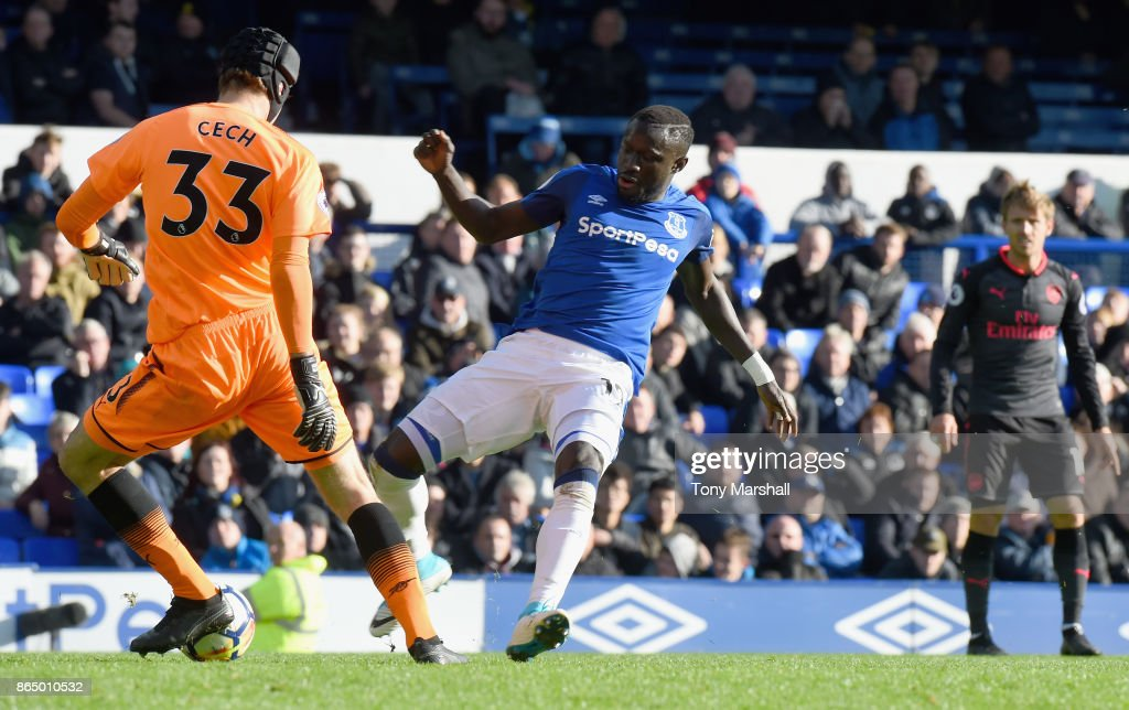 Oumar Niasse of Everton tackles Petr Cech of Arsenal and goes on to score his sides second goal during the Premier League match between Everton and Arsenal at Goodison Park on October 22, 2017 in Liverpool, England.