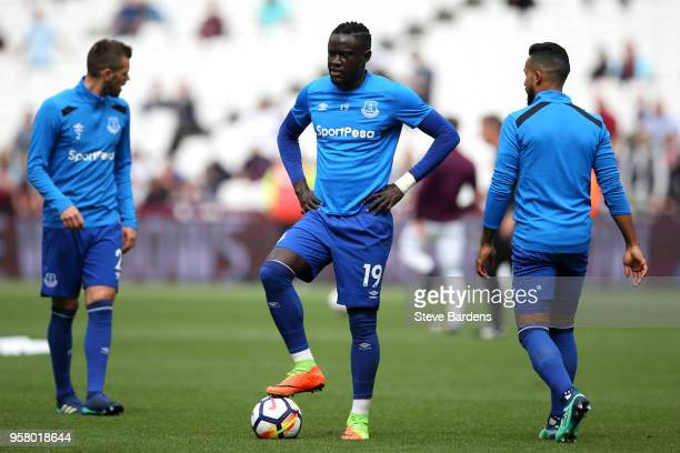 Oumar Niasse of Everton warms up prior to the Premier League match between West Ham United and Everton at London Stadium on May 13 2018 in London...