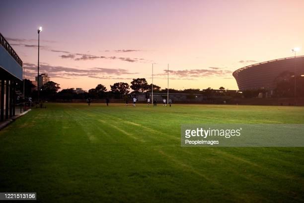 私たちの最高のトレーニングセッションは午前中に行われます - ラグビー場 ストックフォトと画像