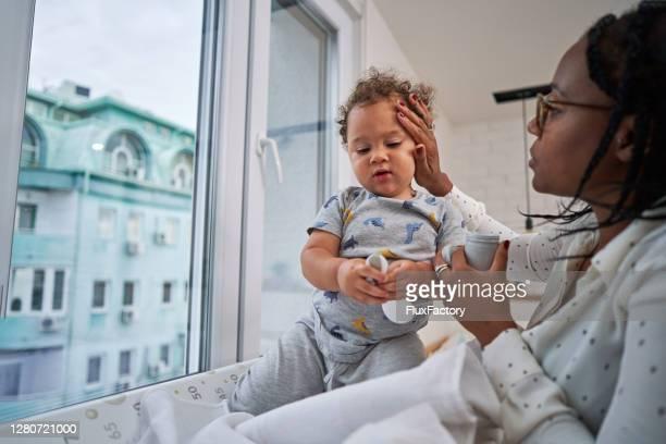 unsere routine vor dem schlafengehen ist immer die gleiche, und hautlotion ist immer auf der liste - neurodermitis stock-fotos und bilder