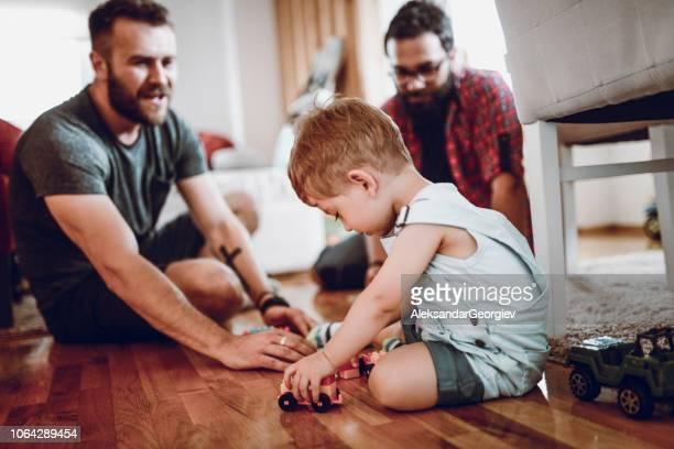 nuestro hijo, nuestro orgullo - adopción bebé fotografías e imágenes de stock