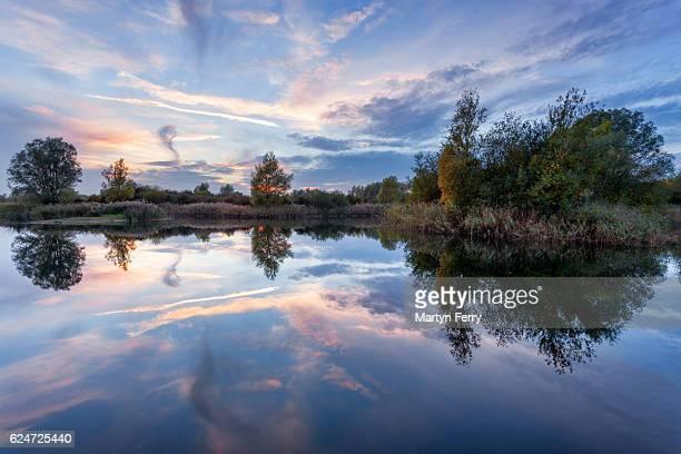 ouse fen cloud reflection, needingworth, cambridgeshire, east anglia uk - ケンブリッジシャー州 ストックフォトと画像