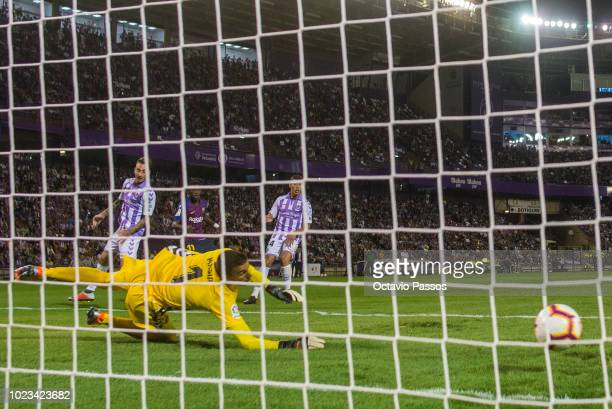 Ousmane Dembele of Barcelona scores a goal during the La Liga match between Real Valladolid CF and FC Barcelona at Jose Zorrilla on August 25 2018 in...