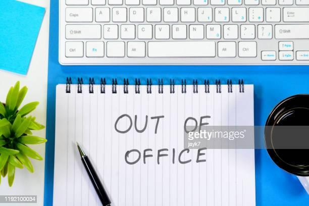 out of office - na werktijd stockfoto's en -beelden