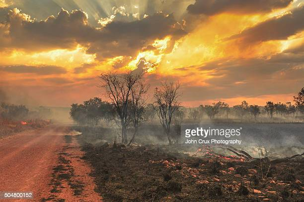 outback fires - australian bushfire stock pictures, royalty-free photos & images