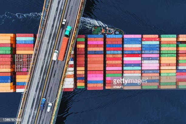 outbound container ship - frachtschiff stock-fotos und bilder