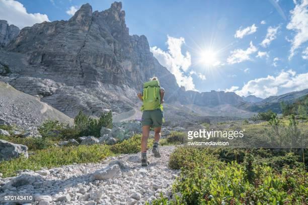 Outdoor-Aktivitäten, Menschen genießen Wandern im Sommer, Berglandschaft in den Dolomiten, Italien
