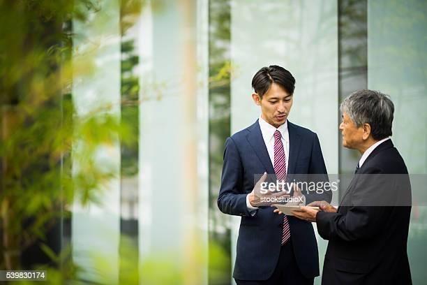 屋外のビジネスミーティング